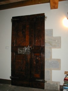 Antico Portone collocato in un'interno