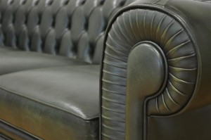 Bracciolo del divano chesterfield in pelle invecchiata