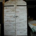 Portone antico esterno trasformato in shabby chic in porta interna
