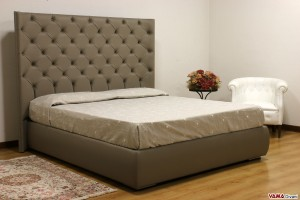 Letto Chesterfield con testiera alta