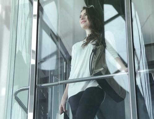 Ragazza su ascensore da esterno